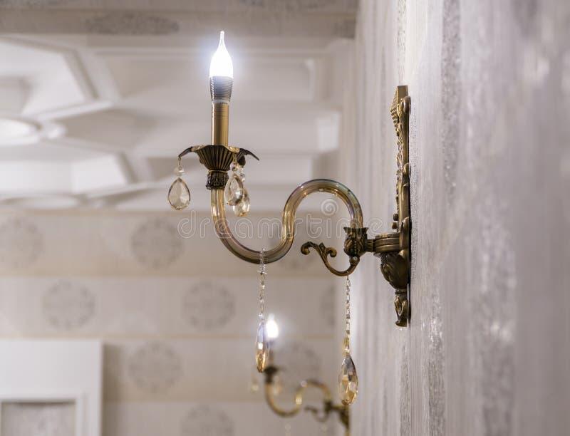 Die Lampe auf der Wand stockfotos