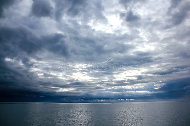 Die Landschaft des Himmels in das Meer vom Regen stockfotos
