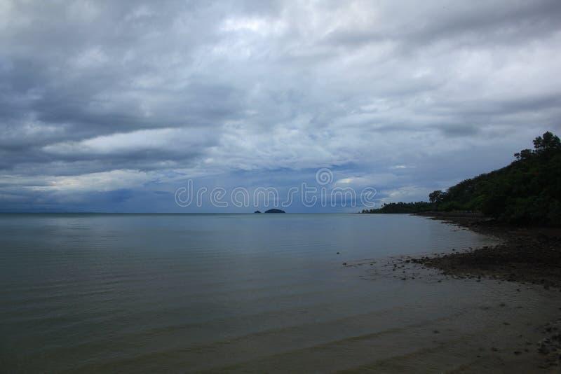 Die Landschaft des Himmels in das Meer vom Regen stockbilder