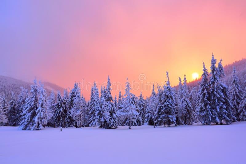 Die Landschaft mit Gebirgsspitze und Sonnenaufgang in den warmen Farben lizenzfreie stockbilder