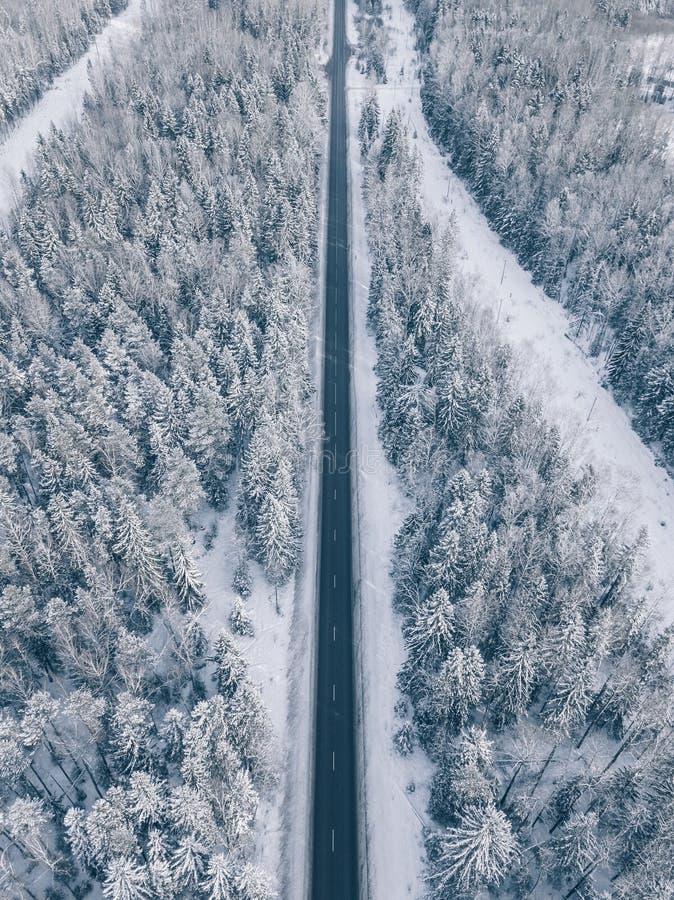 Die Landstraße, die den schönen Schnee durchläuft, umfasste Landschaften Schattenbild des kauernden Geschäftsmannes stockbilder