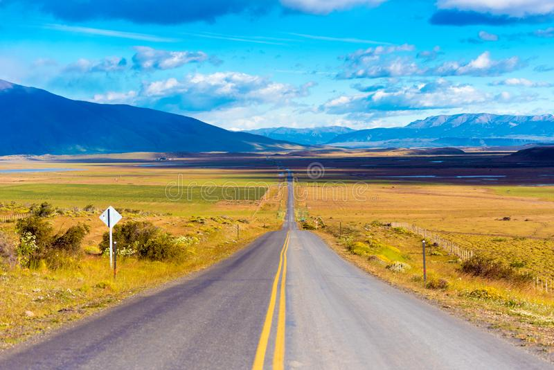 Die Landstraße kreuzt Patagonia und führt zu die Spitzen der Berge, Chile Kopieren Sie Raum für Text lizenzfreies stockbild