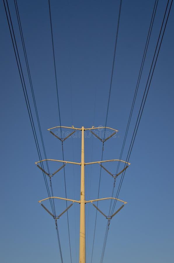 Die lange einzige Solo- Stromkabellinie Sünde der blaue Himmel lizenzfreies stockbild