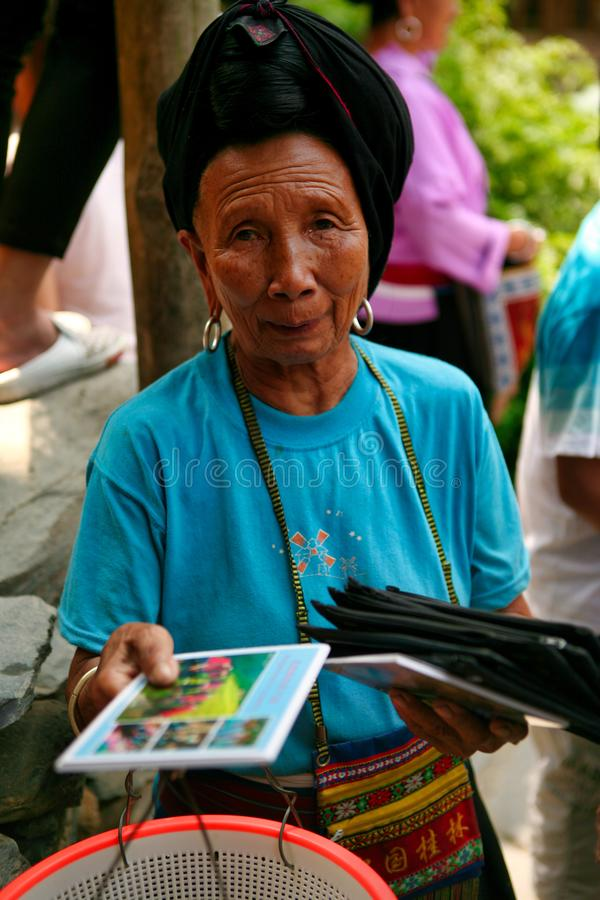 Die langhaarige Frau der Yao-Leute verkauft Andenken an Touristen stockfotos