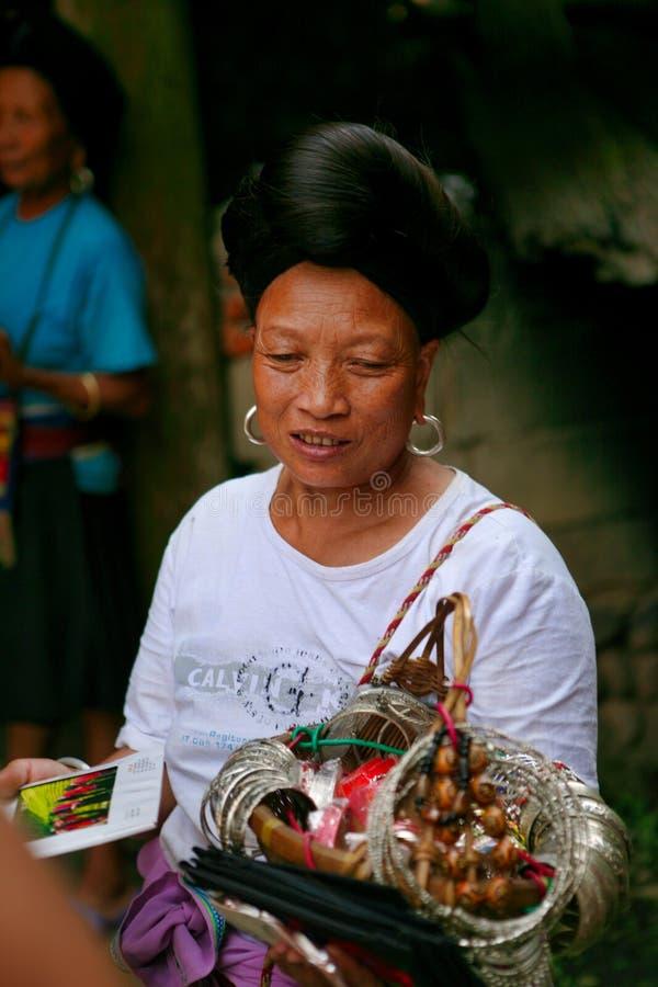 Die langhaarige Frau der Yao-Leute verkauft Andenken an Touristen stockfotografie