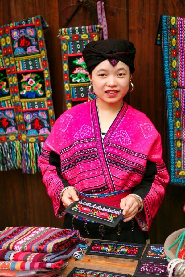 Die langhaarige Frau der Yao-Leute verkauft Andenken an Touristen lizenzfreie stockfotos