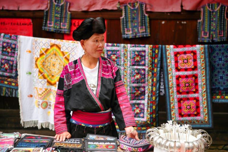 Die langhaarige Frau der Yao-Leute verkauft Andenken an Touristen lizenzfreie stockbilder