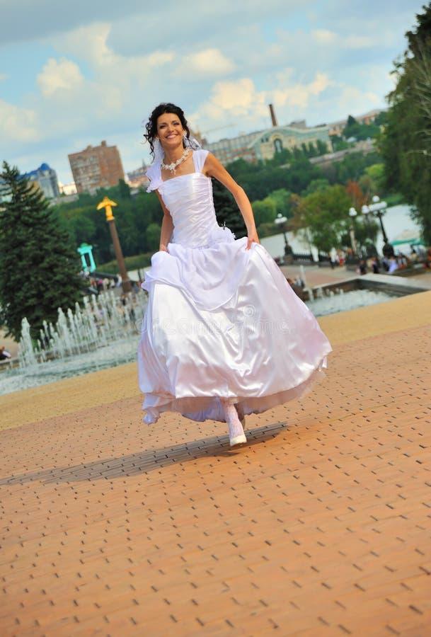 Die laufende Braut lizenzfreies stockfoto