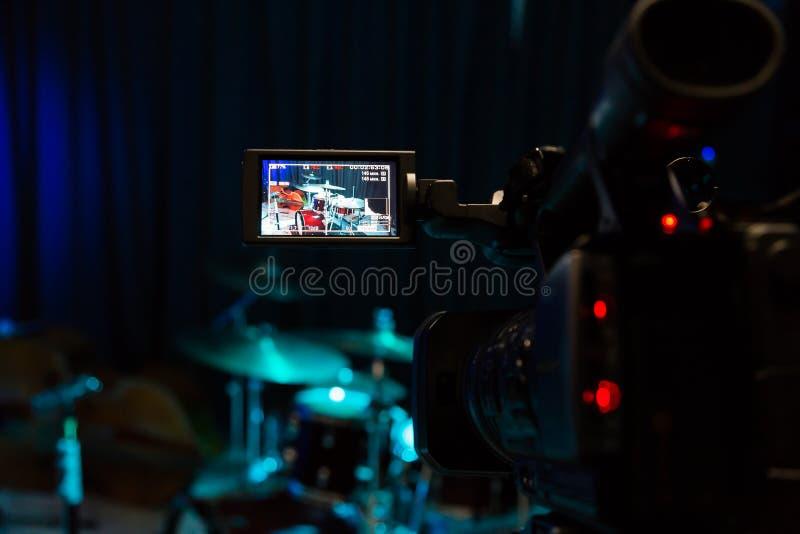 Die LCD-Anzeige auf dem Kamerarecorder Filmen des Konzerts Trommelsatz und -baß lizenzfreies stockfoto