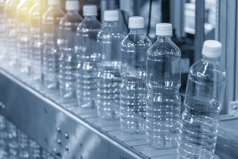 Die leere Plastikflasche im Förderband lizenzfreies stockbild