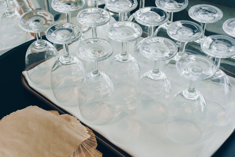 Die leeren Weingläser auf Behälter stockfotos