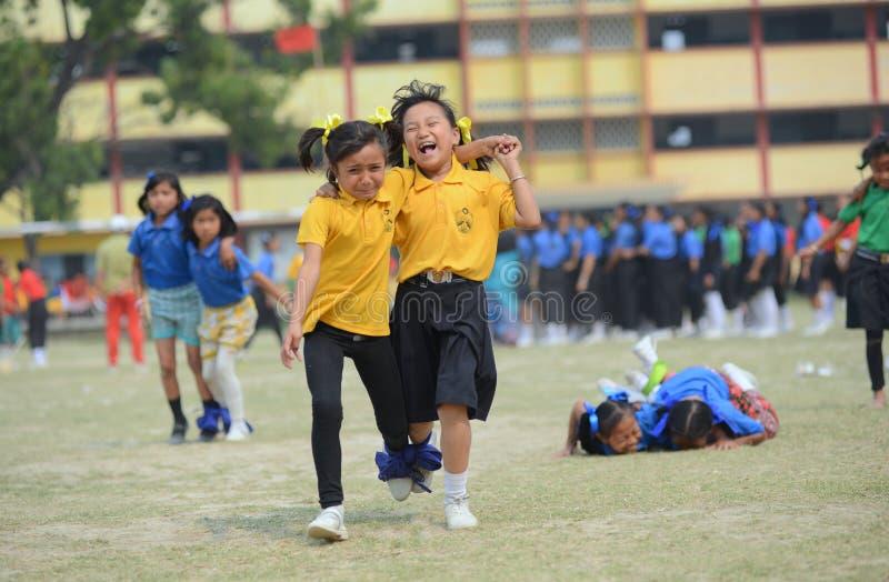 3 die legged ras, de concurrentie, schoolkinderen, participatie concurreren royalty-vrije stock foto's