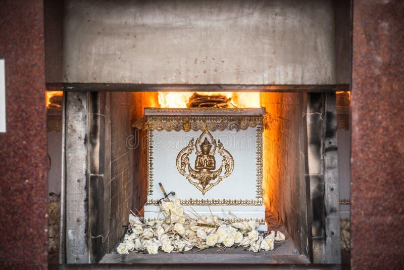 Die Leiche im Sarg brennt in der Einäscherung lizenzfreie stockfotos