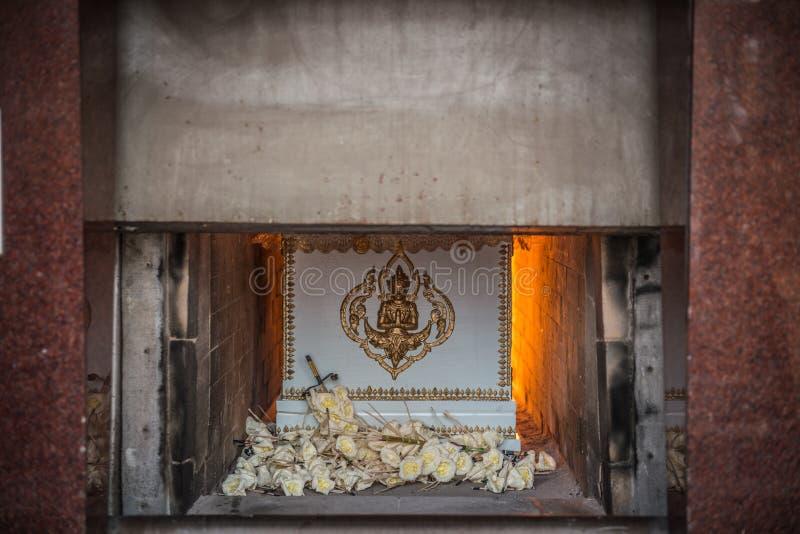 Die Leiche im Sarg brennt in der Einäscherung stockfotos