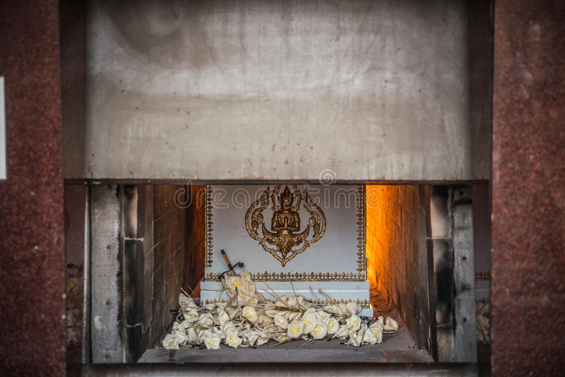 Die Leiche im Sarg brennt in der Einäscherung lizenzfreies stockbild
