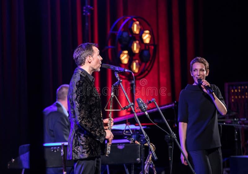 Die Leistung des amerikanischen Jazzsängers Stacey Kent mit ihrem angeschlossenen Quartett auf dem Kijow Mittestadium in Krakau,  lizenzfreies stockfoto