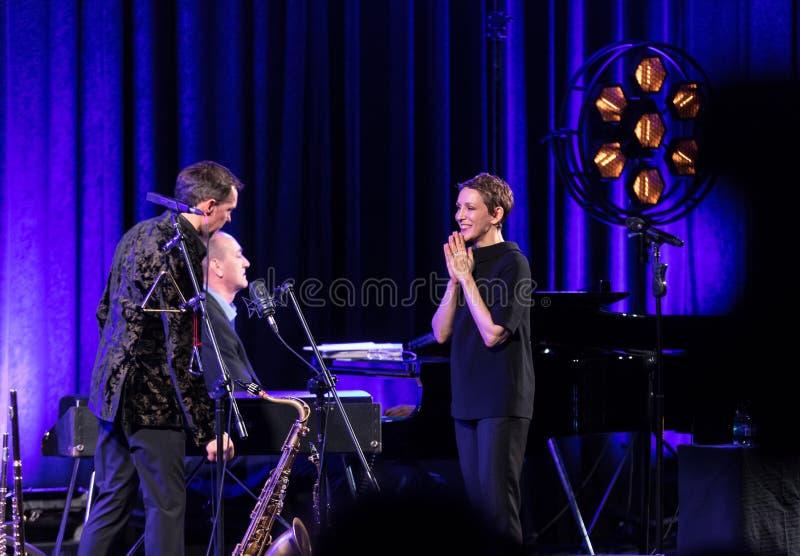Die Leistung des amerikanischen Jazzsängers Stacey Kent mit ihrem angeschlossenen Quartett auf dem Kijow Mittestadium in Krakau,  stockbild