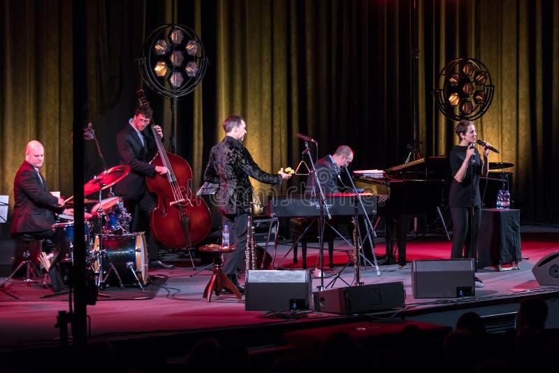 Die Leistung des amerikanischen Jazzsängers Stacey Kent mit ihrem angeschlossenen Quartett auf dem Kijow Mittestadium in Krakau,  stockfotos