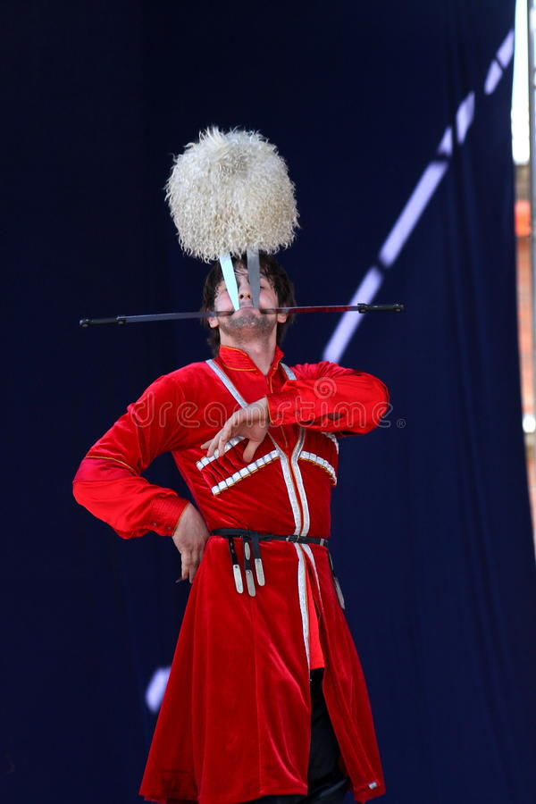 Die Leistung von Solisttänzern des Ensemble imamat (Solar- Dagestan) mit traditionellen Tänzen des Nord-Kaukasus stockfoto