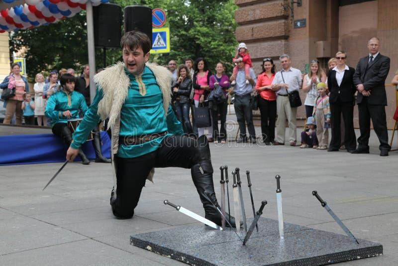 Die Leistung von Solisttänzern des Ensembles Imamat (Solar- Dagestan) mit traditionellen Tänzen des Nord-Kaukasus stockfotos