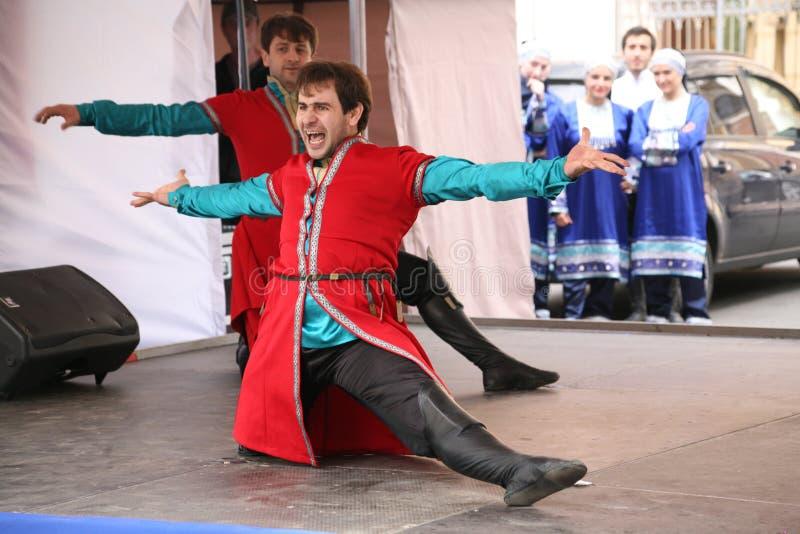 Die Leistung von Solisttänzern des Ensembles Imamat (Solar- Dagestan) mit traditionellen Tänzen des Nord-Kaukasus stockbild