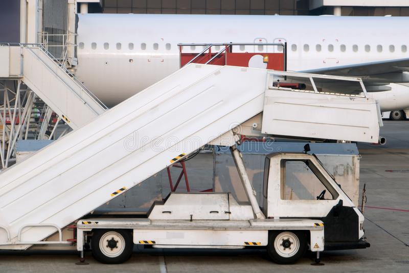 Die Leitern für Fluggäste am Flughafen lizenzfreie stockfotografie