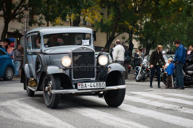 Die letzte Brennstoffaufnahme - treffende Veteranenfahrzeuge, Pezinok, Slowakei lizenzfreie stockfotografie