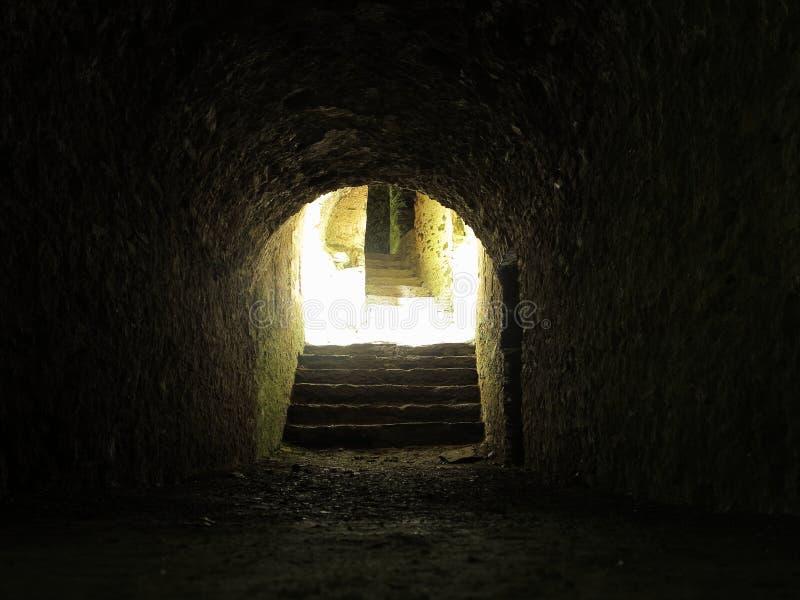 Die Leuchte am Ende des Tunnels lizenzfreie stockbilder
