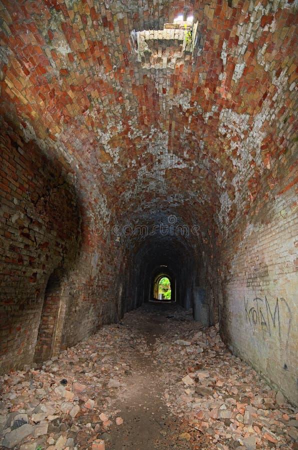 Die Leuchte am Ende des Tunnels Verlassenes Tarakaniv-Fort am Sommertag Tarakaniv, Rivne-oblast, Ukraine stockbild
