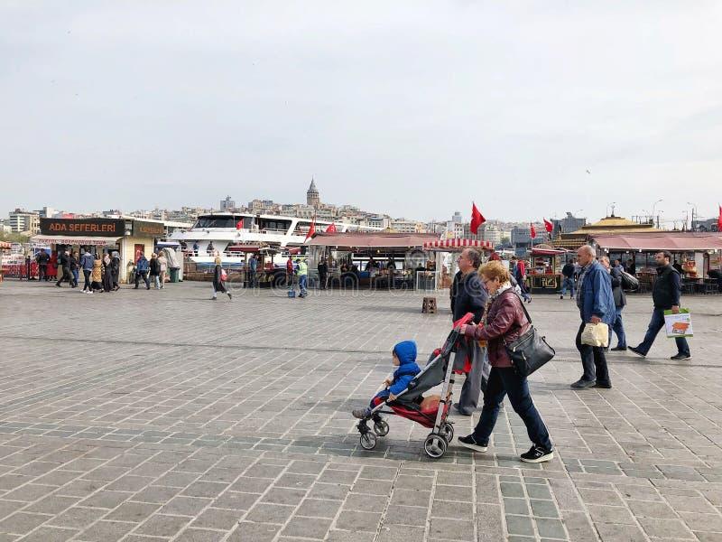 Die Leute, die auf Eminonu gehen, quadrieren in Istanbul, die Türkei lizenzfreie stockbilder