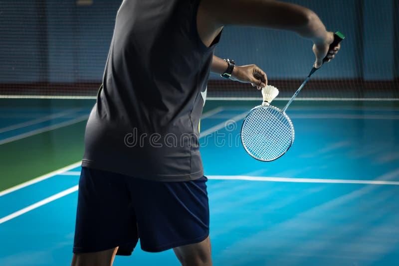 Die Leute, die Badminton-Badminton spielen, werden gedient stockfotografie