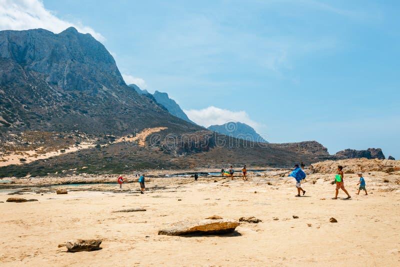 Die Leute, die bei Balos sich entspannen, setzen in Kreta, Griechenland auf den Strand Balos-Strand ist einer des schönen Strande lizenzfreie stockfotos