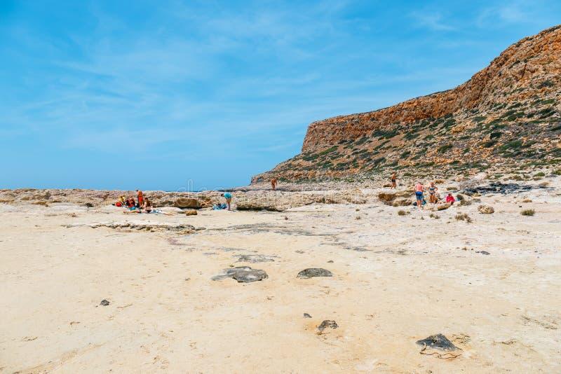 Die Leute, die bei Balos sich entspannen, setzen in Kreta, Griechenland auf den Strand Balos-Strand ist einer des schönen Strande stockfotos