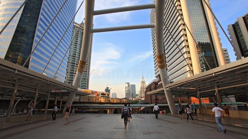 Die Leute, die auf allgemeinen Himmel gehen, gehen in Bangkok lizenzfreie stockbilder
