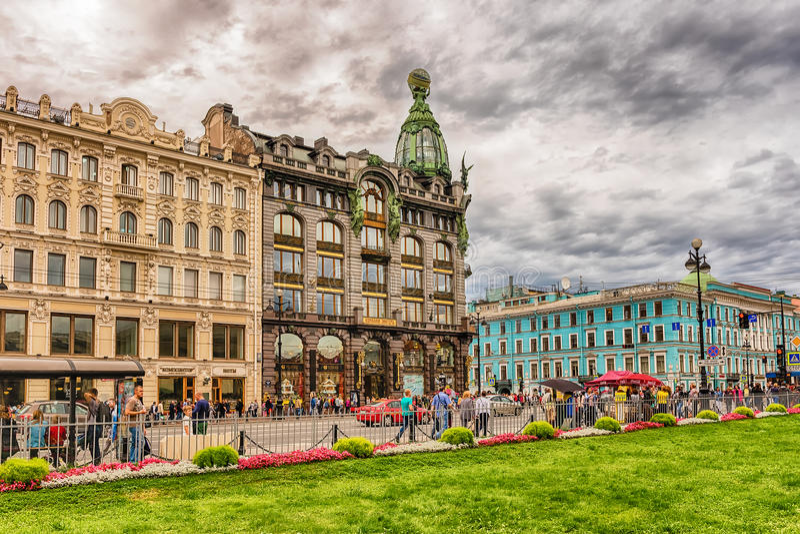 Die Leute, die auf Nevsky gehen, prospektieren, St Petersburg, Russland stockfotografie