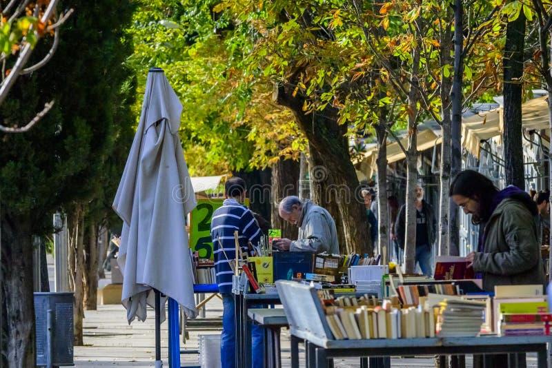 Die Leute, die aus zweiter Hand schauen, buchen in Madrid lizenzfreie stockfotos