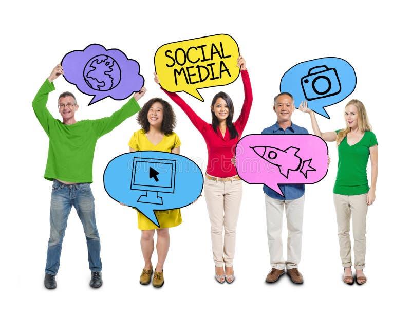 Die Leute, die bunte Rede halten, sprudeln Social Media-Konzept stockfoto