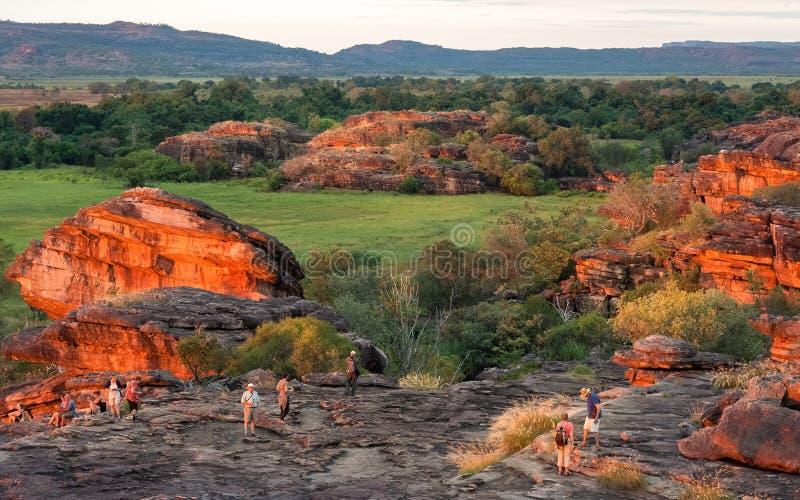 Die Leute, die den Sonnenuntergang genießen, beleuchten an Ubirr-Felsen, Australien stockbild