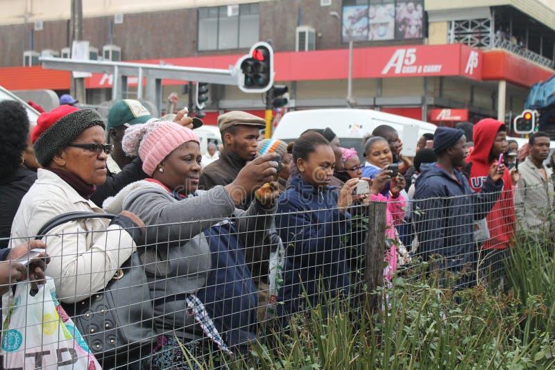 Die Leute, die einen Jugendtag aufpassen, marschieren in Südafrika stockbild