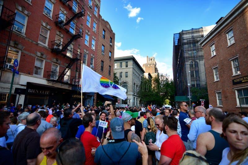 Die Leute, die homosexuelle Ehe feiern, berichtigen an Stonewall-Gasthaus New York stockbild