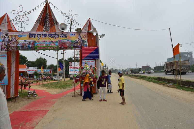 Die Leute, die Kanvar Yatra oder Kavad Yatra (Hindi Words) perfroming sind, ist es jährliche Pilgerfahrt von eifrigen Anhängern v stockfoto