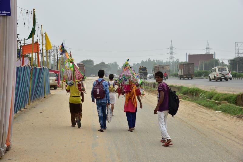 Die Leute, die Kanvar Yatra oder Kavad Yatra (Hindi Words) perfroming sind, ist es jährliche Pilgerfahrt von eifrigen Anhängern v stockbilder