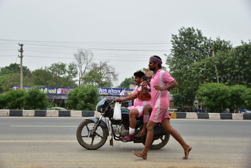 Die Leute, die Kanvar Yatra oder Kavad Yatra (Hindi Words) perfroming sind, ist es jährliche Pilgerfahrt von eifrigen Anhängern v lizenzfreie stockfotos