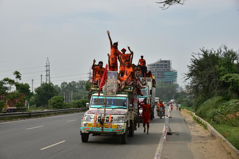 Die Leute, die Kanvar Yatra oder Kavad Yatra (Hindi Words) perfroming sind, ist es jährliche Pilgerfahrt von eifrigen Anhängern v lizenzfreie stockbilder