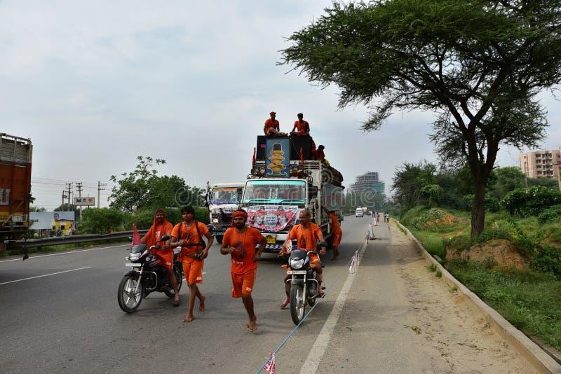 Die Leute, die Kanvar Yatra oder Kavad Yatra (Hindi Words) perfroming sind, ist es jährliche Pilgerfahrt von eifrigen Anhängern v lizenzfreies stockfoto