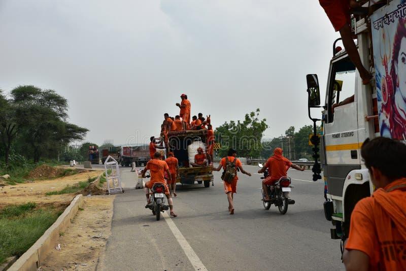 Die Leute, die Kanvar Yatra oder Kavad Yatra (Hindi Words) perfroming sind, ist es jährliche Pilgerfahrt von eifrigen Anhängern v lizenzfreies stockbild