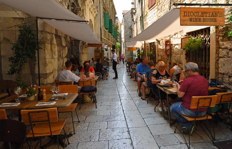 Die Leute, die in einem Restaurant innerhalb der Wände des Diocletian-Palastes essen, spalteten Kroatien auf lizenzfreies stockbild
