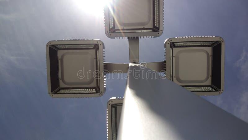 Die Lichter mit Himmel kühlen ab stockbilder