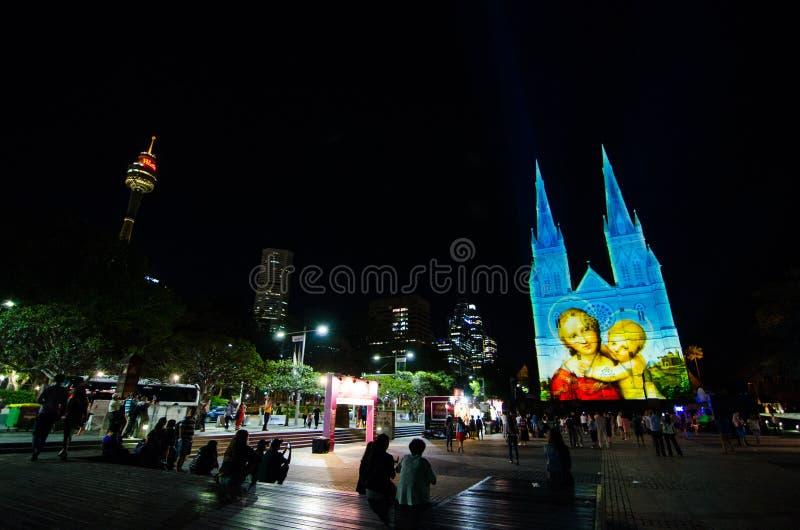 Die Lichter von Weihnachten ist die jährliche Veranstaltung durch Projektionsbeleuchtung auf St- Mary` s Kathedralenkirche erzähl stockfoto