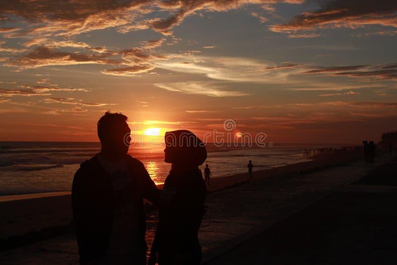 Die Liebesgeschichte hinter dem Sonnenuntergang stockbild